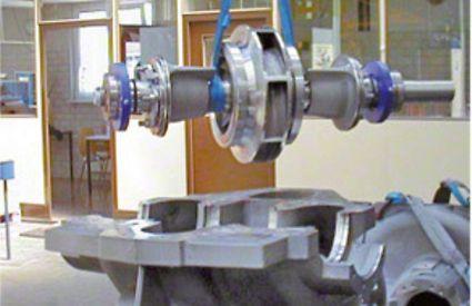 Gehäuseunterteil und Läufer einer zweiströmigen radialen Spiralgehäusepumpe, Gehäuseteilfuge in Wellenebene (Längsteilung)