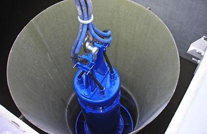 Bomba submersível Amacan no tubo de descarga